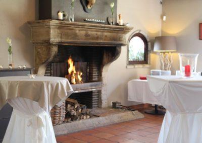 Ambiance chaleureuse auprès de la cheminée